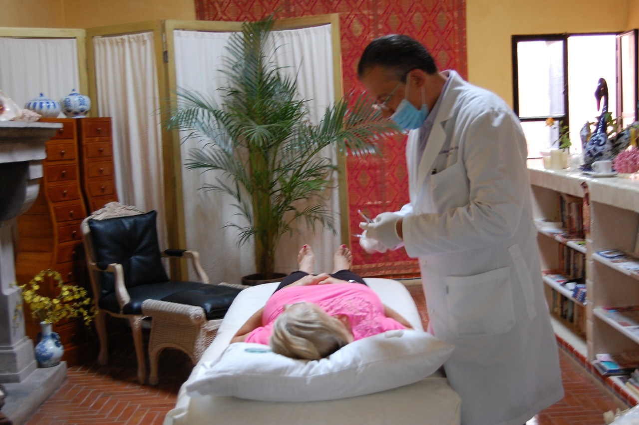 Dr. Koelliker comes to remove sutures and follow up at Spa Club CASA Marino.